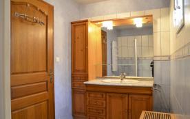 1ère salle de bain avec baignoire
