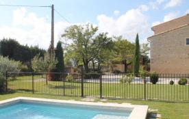 Superbe mas provençal en pierres anciennes restauré en 2003 avec matériaux de qualité. Situé en p...