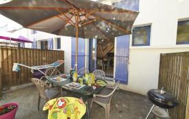 En bord de mer, près du camping du village de Cromenac'h à Ambon, ce bel appartement meublé entiè...