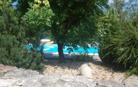 petit coin à l'ombre de la piscine du chalet