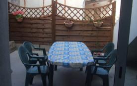 Terrasse : salon de jardin, barbecue