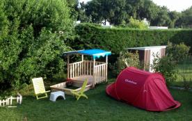 et d'une cabane pour enfant (possibilité d'y ajouter une petite tente)
