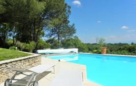 piscine ,chaises longues jardin