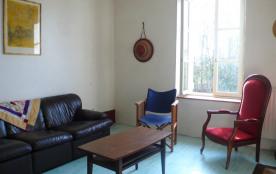 un salon avec TV et cheminée