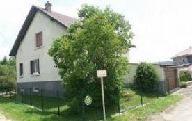 Maison individuelle située dans un petit village. Terrain arboré partiellement clos.