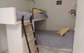 """Chambre """"cabine"""" 2 lits simples très solides,un placard dressing, des tiroirs."""