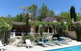 Villa avec piscine et beau jardin fleuri