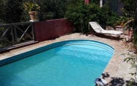 T2 rez-de-jardin avec piscine dans villa provencale