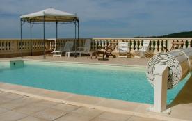 Piscine, 10 bains de soleil, gloriette et parasol