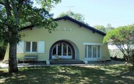 Villa années 60 rénovée en 2015 avec jardin clos idéalement situé entre canal et océan.