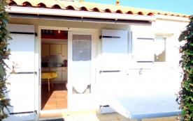 Dans résidence de vacances en bord de mer avec piscine et parking commun, à 250 m de la plage du ...