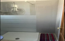 salle d'eau à l'étage grand espace douche