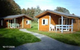 Les chalets proposés au Domaine de la Motte sont en bois, d'une superficie de 35 m². La terrasse ...