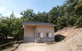 15 gîtes indépendants sur un terrain boisé à 1 km du village avec piscine ouverte juillet et août...