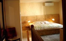 A l'étage : grande chambre avec lit 180x200 cm armoire, banquette lit 1 place