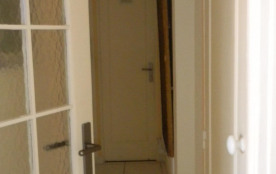porte de séparation entre le séjour et couloir desservant la chambre, les wc et