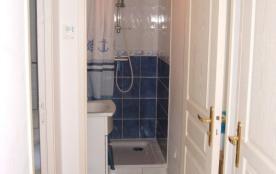 Salle d'eau avec lavabo et bac à douche de 0,90X0,90m