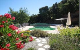 vue de l'espace piscine depuis la véranda
