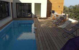 Cette villa avec piscine récente et contemporaine se trouve entre les plages de Pinarello et de S...