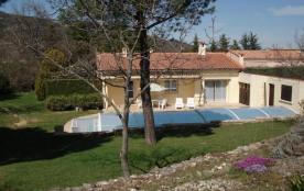 Dans un cadre de verdure, maison indépendante de construction contemporaine avec piscine privée e...