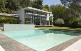 Villa du Soleil est une très belle maison moderne située sur les hauteurs du ravissant village de Cadenet (Luberon, P...