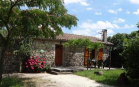 La Clède maison indépendante en pierre dans un petit hameau bordé de vignes avec terrain plat de ...