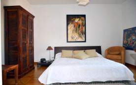 Chambre3: un grand lit, salle de bain atenantte