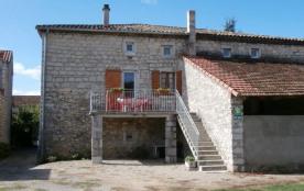 A deux pas du centre de Ruoms, sur un vaste terrain clos, maison en pierre restaurée à neuf, mito...