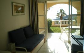 Séjour avec terrasse et jardinet