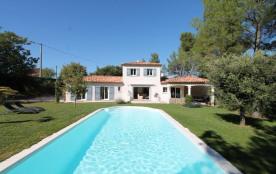 Entre les montagnes Ste Victoire et le Luberon, à seulement 10 minutes d'Aix-en-Provence, le mas des Ecureuils est un...