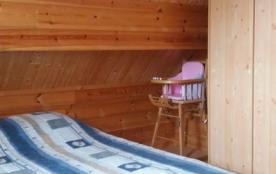 Chambre B Etage Chaise haute BB avec ceinture sécurité Armoire penderie étagères