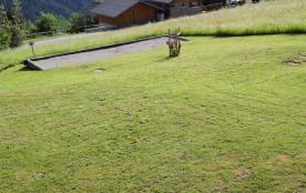 terrain de pétanque et espace vert