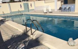 Villa individuelle climatisée pour 8 personnes, avec grande piscine privée et parking.