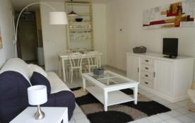 Dans petite résidence en front de mer et à 200 mètres du port de plaisance - Beau studio au premi...