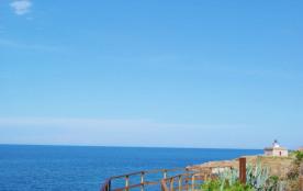 Très confortable villa, très bien équipée et d'une capacité pour 8 personnes, située à première ligne de mer et à pro...