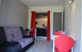 Studio de 17 m² environ pour 2 personnes situé à 300 m de la mer et un peu à l'écart du centre an...