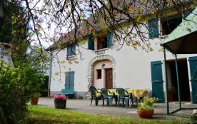 Jolie maison de village aménagée sur 2 niveaux avec vaste terrasse et terrain privés.