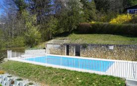 la piscine, très ensoleillée : réservée à la résidence
