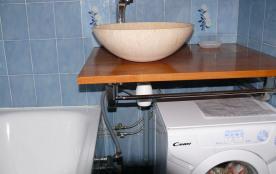 salle de bain avec machine a laver