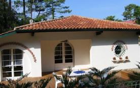 Située entre le canal et la plage, cette villa indépendante vous permettra de profiter facilement...