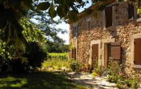 A 4 km de Roussillon où se trouve les magnifiques falaises et carrières d'ocre, gîte mitoyen amén...