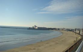 Avec une vue superbe sur la grande plage des SABLES D'OLONNE, TYPE 3 tout équipé :