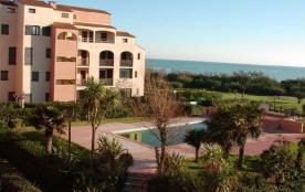 Ce rez-de-jardin bénéficie d'une terrasse très agréable, en front de mer dans le quartier des Cap...