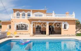 A 800 m de la plage Levante, à 1.5 km de Calpe, cette charmante villa de 8 à 10 personnes se trou...