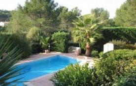 Cette villa stupéfiante est située dans une région résidentielle de ROQUEBRUNE-SUR-ARGENS, une vi...