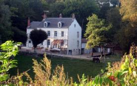 Maison de caractère indépendante sur grand terrain clos, vallonné et arboré de 3 hectares au bord des bois.