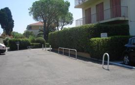 C'est à gauche après le portail