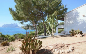 3 bedroom Frontline Bungalow with incredible seaviews, pool and private garden