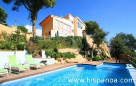 Villa à Lloret del Mar située à 6 Km des grandes plages, dans le quartier Serra Brava sur la Cost...