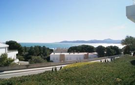 Bel appartement rez de chaussée pour 4 personnes, bien agencé, grande terrasse avec barbecue et vue sur la mer.